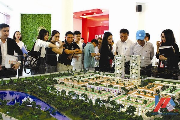 Khách hàng tìm hiểu dự án Barya Citi. Ảnh: Khang Minh
